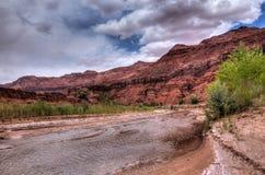 Desierto Barranco-bermellón de los acantilados de AZ-Paria imagenes de archivo