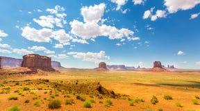 Desierto, cielo nublado de las montañas de la piedra arenisca roja Fotos de archivo