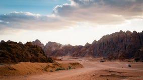 Desierto con las montañas Imagen de archivo libre de regalías