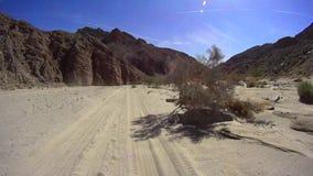 Desierto de Borrego del camino - camino del lavado del desierto almacen de metraje de vídeo