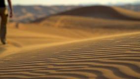 Desierto de Dubai durante el paseo United Arab Emirates de Atv almacen de metraje de vídeo
