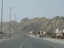 Desierto de Dubai en la puesta del sol cerca de la carretera a Omán imagenes de archivo