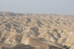 Desierto de Judean, Israel, cerca del lecho de un río seco Qelt foto de archivo