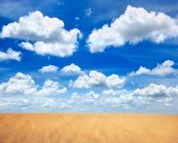 Desierto de la arena en cielo azul con la nube Imagenes de archivo