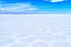Desierto de la sal de Salar de Uyuni Bolivia y cielo azul del claro Fotografía de archivo libre de regalías