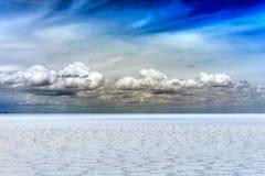 Desierto de la sal de Salar de Uyuni Bolivia y cielo nublado Fotos de archivo libres de regalías