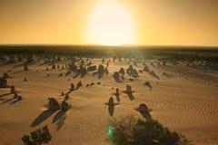 Desierto de los pináculos bajo puesta del sol Fotografía de archivo libre de regalías