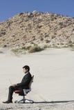 Desierto de Using Laptop In del hombre de negocios foto de archivo
