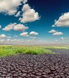 Desierto debajo del cielo dramático y de las nubes bajas Fotografía de archivo libre de regalías