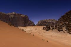 Desierto del ron del lecho de un río seco, Jordania Fotos de archivo