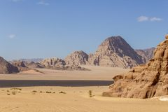 Desierto del ron del lecho de un r?o seco en Jordania fotografía de archivo