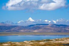 Desierto delante de esos picos famosos Fotografía de archivo