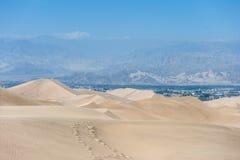 Desierto en Huacachina, Perú Camino y montaña con errores en fondo Imagen de archivo