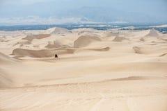 Desierto en Huacachina, Perú Cochecillo en fondo Fotos de archivo libres de regalías