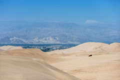 Desierto en Huacachina, Perú Cochecillo y dunas en fondo Imágenes de archivo libres de regalías