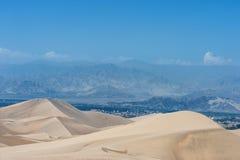 Desierto en Huacachina, Perú Montaña en fondo Fotografía de archivo