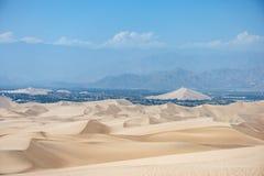 Desierto en Huacachina, Perú Montaña en fondo Fotos de archivo libres de regalías