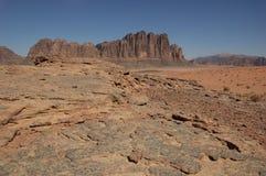 Desierto en la noche - ron del lecho de un río seco Foto de archivo libre de regalías