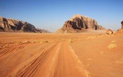 Desierto en ron del lecho de un río seco fotos de archivo