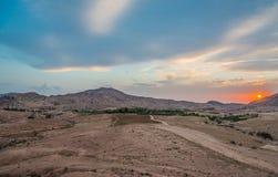 Desierto escénico en la puesta del sol cerca de petra Jordania Fotos de archivo