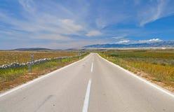 Desierto escénico un camino sin fin que desaparece en la distancia Fotos de archivo