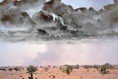 Desierto fuera de la ciudad con humo negro Imagen de archivo