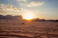 Desierto majestuoso de la montaña de Wadi Rum en Jordania Imágenes de archivo libres de regalías