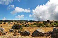Desierto, piedras grandes y nubes Fotos de archivo