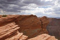 Desierto rojo y cielo nublado, paginación - Arizona Fotografía de archivo