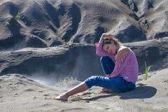 Desierto sonriente de la salida del sol de la chica joven del retrato La mañana de la naturaleza de Asia enarena punto de vista P Foto de archivo