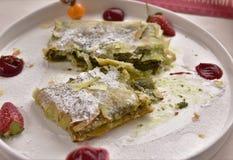 Desierto turco hecho con pasta y pistachos del filo fotos de archivo