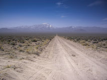 Desierto Vista en el camino de tierra Fotos de archivo