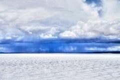 Desierto y cielo nublado 2 de la sal de Salar de Uyuni Bolivia Foto de archivo libre de regalías