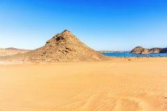 Desierto y el lago Nasser del este en Egipto Fotografía de archivo