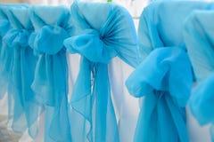 Design av bröllopstolar med blåa pilbågar royaltyfri fotografi