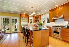 Design av brunt träkök med stålanordningar royaltyfria foton