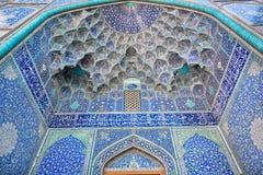 Design av de härliga belade med tegel symmetriska patternesna av moskén i Iran Fotografering för Bildbyråer
