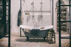 Design av det klassiska badrummet royaltyfria foton