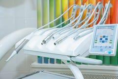 Design av det nya moderna tand- klinikkontoret med den nya tand- behandlingenheten medicinska instrument, cosmetologist, tänder Royaltyfri Bild