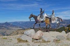 Design av två indier på hästar i Montana berg arkivfoton