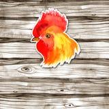 Design de carte chinois de nouvelle année avec le coq rouge, symbole de zodiaque de 2017, sur le fond en bois d'aquarelle Photographie stock