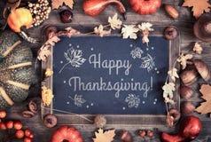 Design de carte heureux de thanksgiving avec le tableau noir et le decorati d'automne Images libres de droits