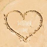 Design de carte de salutation d'heure d'été Forme du coeur dessiné dans le sable sur la plage Photo libre de droits