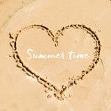 Design de carte de salutation d'heure d'été Forme du coeur dessiné dans le sable sur la plage Image stock