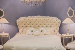 Design de interiores caro luxuoso da sala da menina do ` s das crianças no estilo antigo Cama branca, descansos de seda, tabelas  imagens de stock