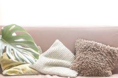 Design de interiores com um sofá e uma variedade de descansos foto de stock royalty free