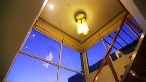 Design de interiores contemporâneo do sótão. Cena do por do sol. filme