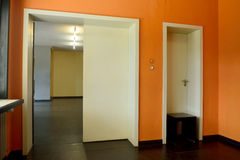 Design de interiores da casa Kandinsky/Klee em Dessau-Rosslau, com portas brancas e as paredes pintadas em máscaras pasteis Fotografia de Stock