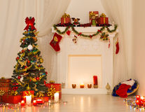 Design de interiores da sala do Natal, árvore do Xmas decorada por luzes Fotografia de Stock Royalty Free