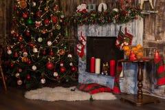 Design de interiores da sala do Natal, árvore do Xmas decorada por luzes fotografia de stock royalty free